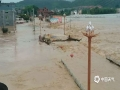 中国天气网讯 5月15日20时-16日10时,福建三明市区累积降水量186.2毫米,打破当地日降水量极值纪录。强降雨导致三明部分地区出现内涝滑坡等灾害。图为三明清流水位上涨。(图/常志刚 文/万灵)