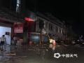 中国天气网讯 昨天(16日),福建多地暴雨如注,龙岩局部出现特大暴雨。实况监测显示,昨天6时至今天6?#20445;?#36830;城县4个乡镇超过250毫米,出现特大暴雨,以连城塘前乡279.3毫米为最大,1小时雨量最大为连城莲峰镇达93.8毫米。图为图为道路积水导致群众受困,工作人员正在用梯?#24188;?#31227;受困群众。(图/连城县气象局 文/万灵)