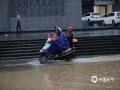 中国天气网讯 5月17日,受切变线影响,福建泉州出现大范围降水过程,市区多处积水?#29616;兀?#22810;处?#26441;?#36710;?#20061;?#38170;,行人出行不便。(图/吴徐燕)