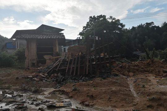 福建三明?#20013;?#26292;雨 交通中断房屋受损