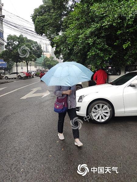 重庆强降雨致渝北某路段塌方 明起天气转好降雨停
