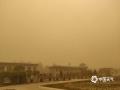 受蒙古高压南压影响,26日,甘肃敦煌市出现今年首场大风沙尘暴天气。截至上午11时,敦煌境内区域站均达大风级别,其中甜水井区域站极大风速达11级。大风沙尘导致当地天地一片昏黄,空气浑浊,能见度急剧下降,给市民外出造成了严重的不利影响。目前,敦煌气象局已经发布大风黄色预警信号以及沙尘暴黄色预警信号,提示民众注意出行安全。(蔡青青 朱永锋)