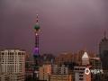 中国天气网讯 26日傍晚18时许,河北石家庄出现短时雷雨天气。一时间,整个市区天空黑云压城,雨点伴随着大风呼啸而下。由于天气系统移动较快,雷雨持续了10多分钟就逐渐停止。此时正值日落时分,雨后太阳的余辉也是映红了石家庄傍晚的天空。(图/李运宗)
