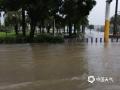 今天(27日)早晨,广东阳江发布暴雨红色预警信号,这是自24日以来第4次发布最高级别的暴雨预警信号。持续强降雨已经导致阳江市区出现严重内涝。图为汽车在积水中行驶。(图/文 郑华珠)