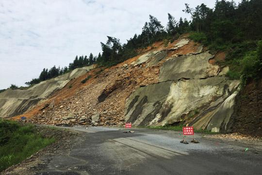 湖南吉首遭强降水袭击 滑坡塌方多条道路交受阻