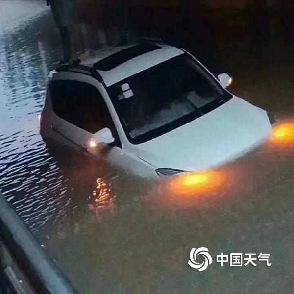 福建建阳暴雨积水淹没轿车 司机独站车顶满脸落寞等救援图片