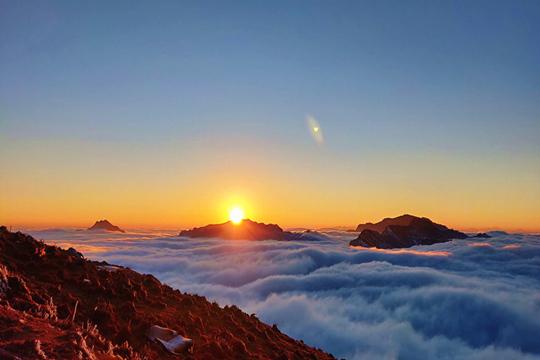 奇观!四川泸定朝阳晕红山间流云