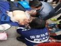 """今天(31日),全国第18个""""安全生产月""""宣传活动在甘肃兰州金轮广场举行正式启动仪式。甘肃省气象局、应急厅、消防总队、公安厅等30多家省市级单位组织参加宣传活动。图为急救人员做心肺复苏演示。(图/文 曹黎荔)"""