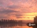 中国天气网讯 近日,受暖湿气流和冷空气共同影响,福州连续阴雨天气。6月3日傍晚,雨止放晴,福州各地的天空惊现晚霞和彩虹,绚烂夺目,一时间刷爆了朋友圈。图为福州三县洲大桥。(摄/小蛋  文/林凌)