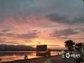 中国天气网讯 近日,受暖湿气流和冷空气共同影响,福州连续阴雨天气。6月3日傍晚,雨止放晴,福州各地的天空惊现晚霞和彩虹,绚烂夺目,一时间刷爆了朋友圈。图为福州长乐大东湖。(摄/王锦容  文/林凌)