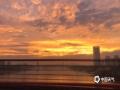 中国天气网讯 近日,受暖湿气流和冷空气共同影响,福州连续阴雨天气。6月3日傍晚,雨止放晴,福州各地的天空惊现晚霞和彩虹,绚烂夺目,一时间刷爆了朋友圈。图为福州尤溪洲大桥。(摄/黄小薇  文/林凌)