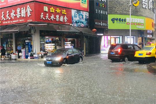 短时强降水来袭!湖北咸丰城区街道积水?#29616;? width=