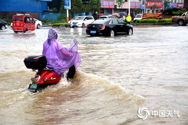 广西北部高考首日雨势强 桂林等局地有特大暴雨