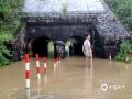 图为6月8日,鹰潭市上清镇道路被淹。摄影/徐俊杰