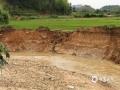 图为6月9日,受强降雨影响崇仁县航埠镇道路被毁,村民出行不便。摄影/吴云康
