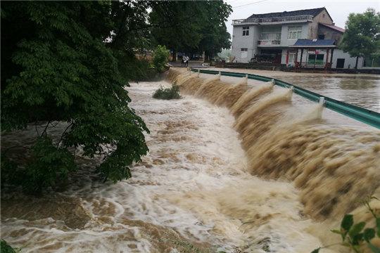 贵州玉屏强降雨致农田被淹山体滑坡道路中断