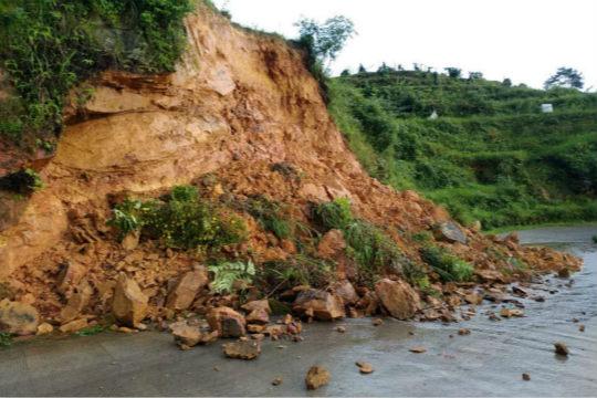 强降雨致湖南多地道路塌方农田被淹