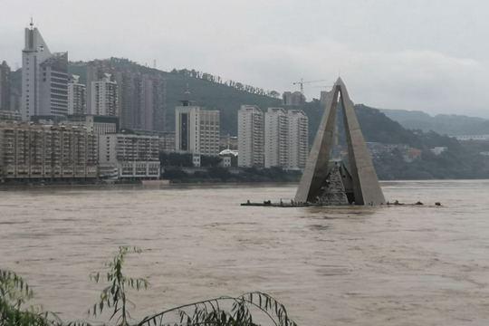 暴雨袭击福建南平 水位上涨地标建筑被淹