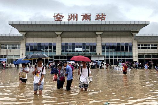 一片汪洋!广西北部强降雨内涝严重 市民划船出行