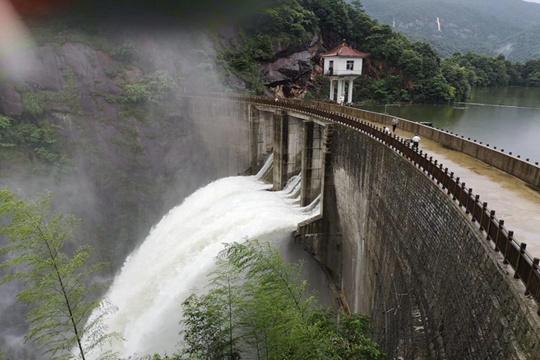 江西:强降雨转战南部 农田道路被淹 水库忙泄洪