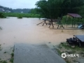 世界杯手机投注平台天气网讯 6月9日,江西的强降雨向南转移,吉安、抚州、赣州多地遭遇暴雨和大暴雨,信丰、大余、宁都、全南累计雨量超过100毫米。多地城镇和农田被淹、道路塌方,防汛压力重大。图为赣州市信丰县新田镇德坑村通组道路淹没。摄影/陈南坤