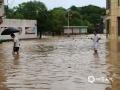 世界杯手机投注平台天气网讯 6月9日,江西的强降雨向南转移,吉安、抚州、赣州多地遭遇暴雨和大暴雨,信丰、大余、宁都、全南累计雨量超过100毫米。多地城镇和农田被淹、道路塌方,防汛压力重大。图为江西省赣州市信丰县新田镇新田圩上,积水没过行人小腿。摄影/潘桥英