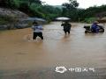 图为当地工作人员涉水排查安全隐患。(文/曾钦文  图/龙川县三防办)