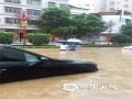 中国天气网讯 6月9日20时至10日09时,广东龙川县突遭强降水侵袭,多个乡镇累积雨量超过100毫米,其中,田心镇最大1小时雨量达到80.9毫米,6小时雨量达173.5毫米。龙川县气象台于10日05时24分发布暴雨红色预警信号。图为市区步行街积涝严重,水深及腰,多辆汽车被泡在积水中。(文/曾钦文 图/龙川县三防办)