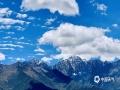 中国天气网讯 四川阿坝巴朗山海拔5040米,位于卧龙大熊猫自然保护区与四姑娘山之间,远处顶峰的积雪被白色的云雾笼罩,低处的高山草甸像绿毯覆盖山间……图片6月7日拍摄(图/张川 文/一坤)