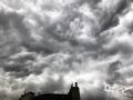 中国天气网讯 今天(10日)上午10时左右,南宁天空乌云密布,上演了好莱坞大片级别的黑云压城,同时还下起了小雨。据南宁气象台10日08时51分发布预报,预计未来5小时,南宁城区有小到中雨局部暴雨。大家出行的时候一定要注意做好防范。(文/曹钰佳 图/陈设广)
