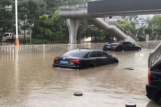 福建三明:强降雨持续水库忙泄洪 市区路变海