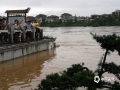 中国天气网讯 6月8日以来,桂林迎来新一轮强降雨过程,多地遭遇暴雨到大暴雨、局部特大暴雨。9日中午,桂林市气象台发布暴雨红色预警,持续的强降雨导致漓江水位快速上涨,市区多处内涝严重,多条道路交通一度瘫痪。不断上涨的漓江水漫过桂林解放桥滨江路,现场一片汪洋。9日19时,桂林漓江市区段水位达到147.59米,已超警戒水位1.59米。(文/胡静 图/胡静)