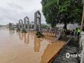 中国天气网讯 6月8日以来,桂林迎来新一轮强降雨过程,多地遭遇暴雨到大暴雨、局部特大暴雨。9日中午,桂林市气象台发布暴雨红色预警,持续的强降雨导致漓江水位快速上涨,市区多处内涝严重,多条道路交通一度瘫痪。不断上涨的漓江水漫过桂林解放桥滨江路,现场一片汪洋。9日19时,桂林漓江市区段水位达到147.59米,已超警戒水位1.59米。(文/胡静 图/李岩)