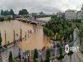 中国天气网讯 6月8日以来,桂林迎来新一轮强降雨过程,多地遭遇暴雨到大暴雨、局部特大暴雨。9日中午,桂林市气象台发布暴雨红色预警,持续的强降雨导致漓江水位快速上涨,市区多处内涝严重,多条道路交通一度瘫痪。不断上涨的漓江水漫过桂林解放桥滨江路,现场一片汪洋。9日19时,桂林漓江市区段水位达到147.59米,已超警戒水位1.59米。(文/胡静 图/阳薇)