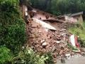 中国天气网讯 6月11日,福建龙岩连续性暴雨造成长汀县山体滑坡,大同镇民房围墙倒塌,泥石流入居民家中。(图/陈青)