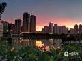中国天气网讯 6月11日傍晚时分,广西来宾市雨水停歇,天空出现绚丽的晚霞,蔚为壮观。(图/梁丹妮 文/苏庆红)