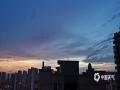 6月11日傍晚时分,广西来宾市雨水停歇,天空出现绚丽的晚霞,蔚为壮观。(图/梁丹妮 文/苏庆红)