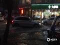 中国天气网讯 6月11日,广东罗定市城区出现大到暴雨,城区多处出现水浸。图为6月11日晚,罗定市城区五里桥十字路口处车辆缓慢经过涉水区。(图/陈颖锋)