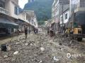 中国天气网讯 6月11日夜间至12日早晨,贵州省出现大范围强降雨天气,共计1站特大暴雨,12县域内59站大暴雨,43县域内235站暴雨。受强降雨影响,多地出现水位上涨、内涝、滑坡等险情。图为12日纳雍县水东乡街道水淹之后一片狼藉。(李清江/摄)