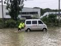 中国天气网讯 6月11日夜间至12日早晨,贵州省出现大范围强降雨天气,共计1站特大暴雨,12县域内59站大暴雨,43县域内235站暴雨。受强降雨影响,多地出现水位上涨、内涝、滑坡等险情。图为12日长顺县威远社区道路积水严重。(苟小雪/摄)