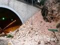 中国天气网讯 6月11日夜间至12日早晨,贵州省出现大范围强降雨天气,共计1站特大暴雨,12县域内59站大暴雨,43县域内235站暴雨。受强降雨影响,多地出现水位上涨、内涝、滑坡等险情。图为12日贵阳市杨家山隧道入口塌方。(石奎/摄)