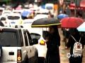 中国天气网讯 6月11日夜间至12日早晨,贵州省出现大范围强降雨天气,共计1站特大暴雨,12县域内59站大暴雨,43县域内235站暴雨。受强降雨影响,多地出现水位上涨、内涝、滑坡等险情。图为12日贵阳市降雨致早高峰拥堵。(石奎/摄)