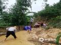 中国天气网讯 6月11日夜间至12日早晨,贵州省出现大范围强降雨天气,共计1站特大暴雨,12县域内59站大暴雨,43县域内235站暴雨。受强降雨影响,多地出现水位上涨、内涝、滑坡等险情。图为12日镇宁县六马镇打帮致富村、腊建村组织人员疏通道路塌方。(图文:杨恩文 金松瑜)
