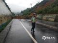 中国天气网讯 6月11日夜间至12日早晨,贵州省出现大范围强降雨天气,共计1站特大暴雨,12县域内59站大暴雨,43县域内235站暴雨。受强降雨影响,多地出现水位上涨、内涝、滑坡等险情。图为12日绥阳县城至机场路34Km+200m处堡坎塌方。(艾乘龙/摄)
