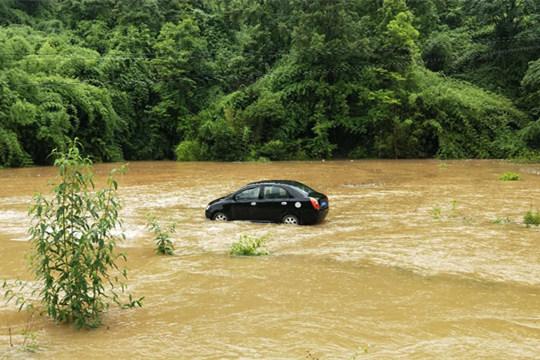 雨势强劲 贵州多地出现内涝塌方