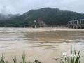 6月9日以来,受持续性强降水影响,广东梅州市梅江、汀江、韩江水位暴涨,水位超过警戒线,部分水库正在抓紧泄洪。受泄洪影响,梅州所辖的大埔等多地受淹。图为茶阳水库水位超警戒线。(图/梅州日报社)