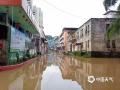 6月9日以来,受持续性强降水影响,广东梅州市梅江、汀江、韩江水位暴涨,水位超过警戒线,部分水库正在抓紧泄洪。受泄洪影响,梅州所辖的大埔等多地受淹。图为大埔高陂出现洪水上街。(图/梅州日报社)