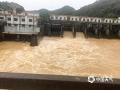 6月9日以来,受持续性强降水影响,广东梅州市梅江、汀江、韩江水位暴涨,水位超过警戒线,部分水库正在抓紧泄洪。受泄洪影响,梅州所辖的大埔等多地受淹。图为五华圭贤水库开始排洪。(图/梅州日报社)