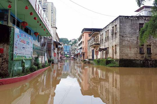 持续强降雨 广东梅州河水暴涨淹没村镇