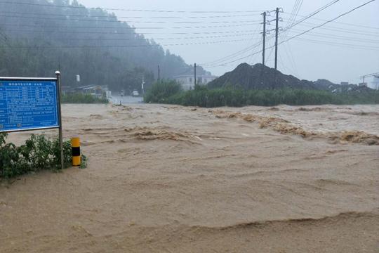 广东三连雨似瓢泼 城区淹水公路滑坡